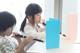 音楽の授業を受ける小学生の写真素材 [FYI04264136]