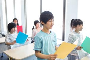 音楽の授業を受ける小学生の写真素材 [FYI04264137]