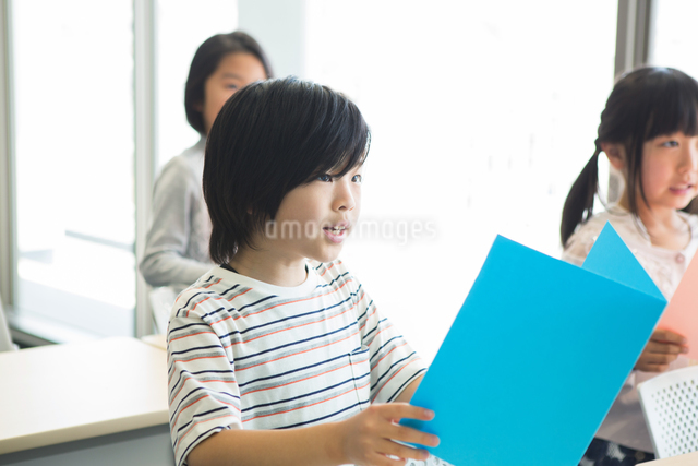 音楽の授業を受ける小学生の写真素材 [FYI04264140]