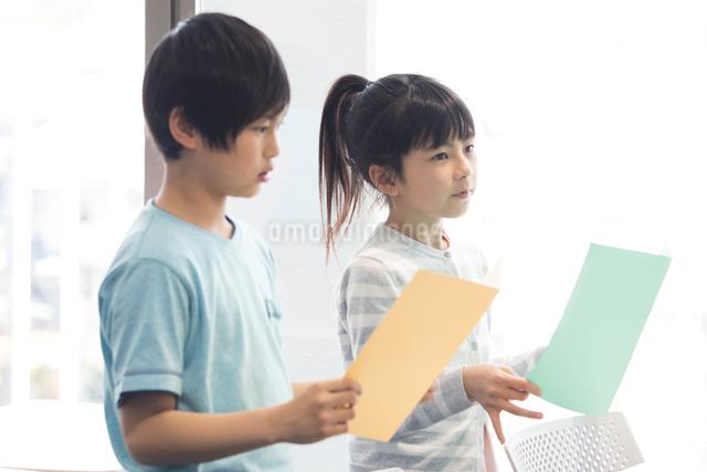 音楽の授業を受ける小学生の写真素材 [FYI04264145]