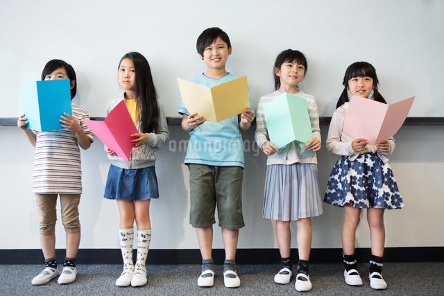 音楽の授業を受ける小学生の写真素材 [FYI04264147]