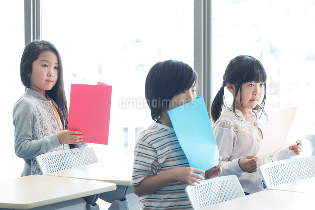 音楽の授業を受ける小学生の写真素材 [FYI04264148]