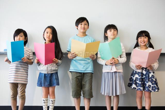 音楽の授業を受ける小学生の写真素材 [FYI04264151]