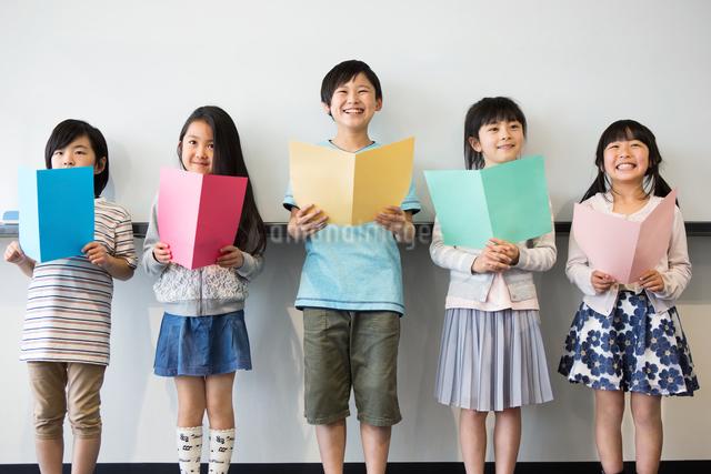 音楽の授業を受ける小学生の写真素材 [FYI04264152]