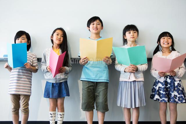 音楽の授業を受ける小学生の写真素材 [FYI04264154]