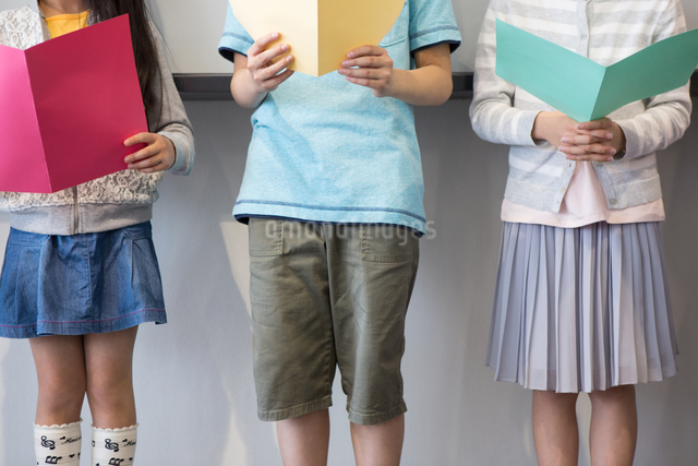 音楽の授業を受ける小学生の写真素材 [FYI04264155]