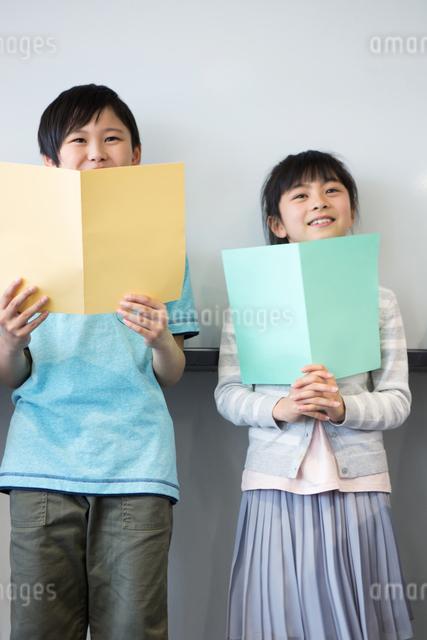 音楽の授業を受ける小学生の写真素材 [FYI04264157]
