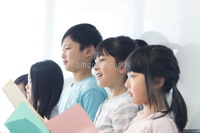 音楽の授業を受ける小学生の写真素材 [FYI04264160]