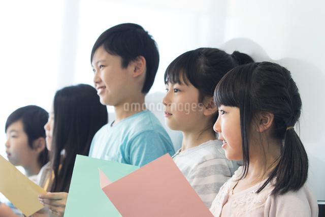 音楽の授業を受ける小学生の写真素材 [FYI04264161]