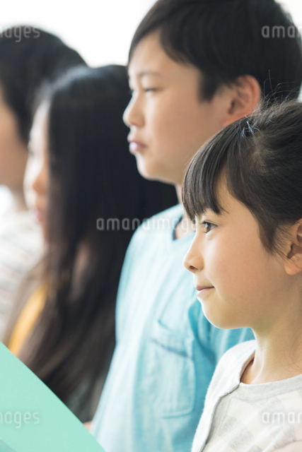 音楽の授業を受ける小学生の写真素材 [FYI04264162]