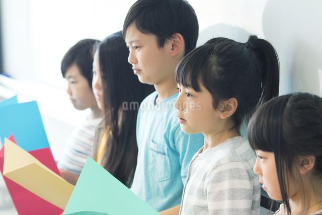 音楽の授業を受ける小学生の写真素材 [FYI04264163]