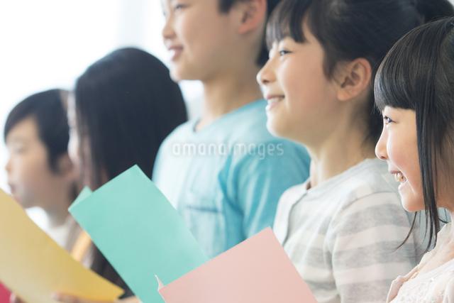 音楽の授業を受ける小学生の写真素材 [FYI04264164]