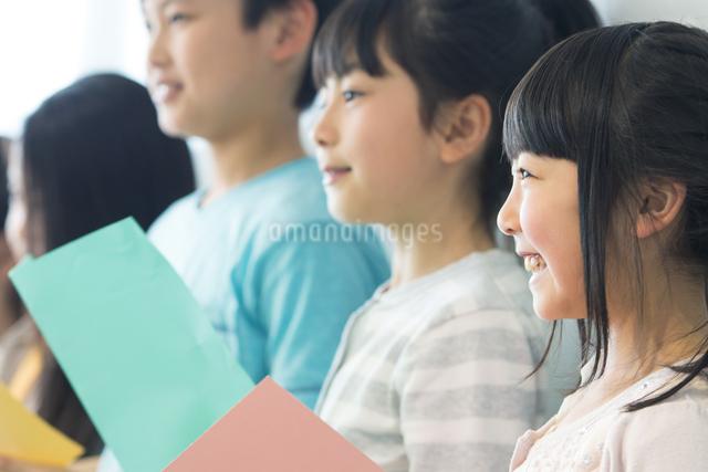 音楽の授業を受ける小学生の写真素材 [FYI04264165]