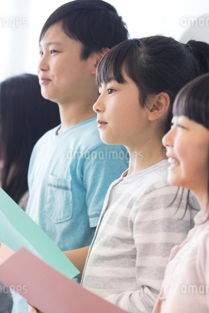 音楽の授業を受ける小学生の写真素材 [FYI04264166]