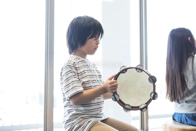 音楽の授業を受ける小学生の写真素材 [FYI04264167]
