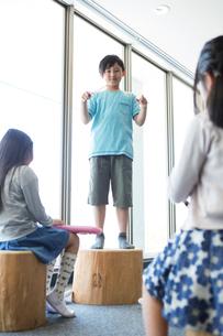 音楽の授業を受ける小学生の写真素材 [FYI04264170]