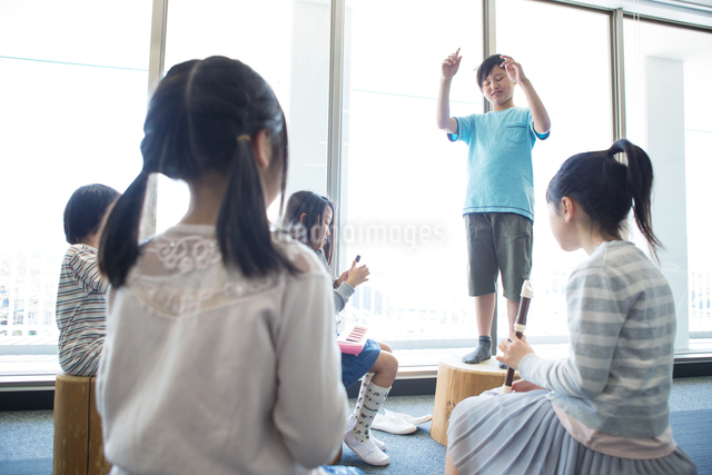 音楽の授業を受ける小学生の写真素材 [FYI04264171]