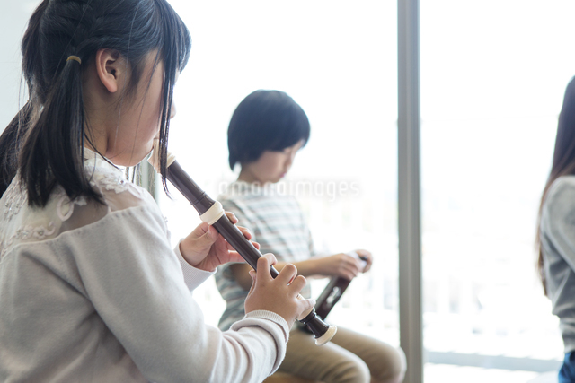 音楽の授業を受ける小学生の写真素材 [FYI04264173]