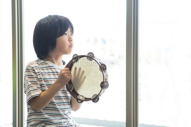 音楽の授業を受ける小学生の写真素材 [FYI04264178]