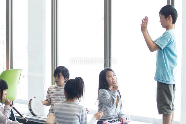 音楽の授業を受ける小学生の写真素材 [FYI04264180]