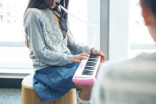 音楽の授業を受ける小学生の写真素材 [FYI04264182]