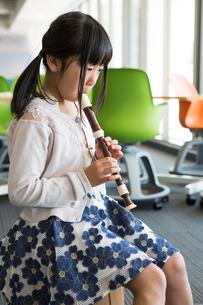 音楽の授業を受ける小学生の写真素材 [FYI04264184]