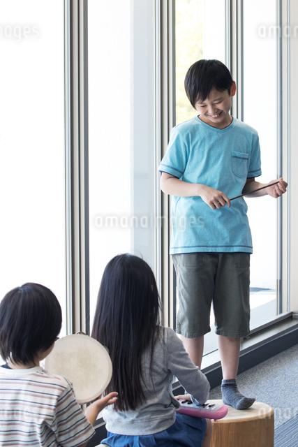 音楽の授業を受ける小学生の写真素材 [FYI04264186]