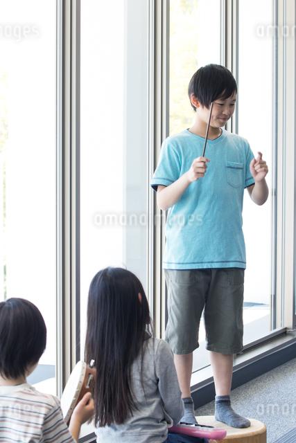 音楽の授業を受ける小学生の写真素材 [FYI04264187]