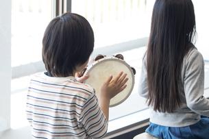 音楽の授業を受ける小学生の写真素材 [FYI04264188]
