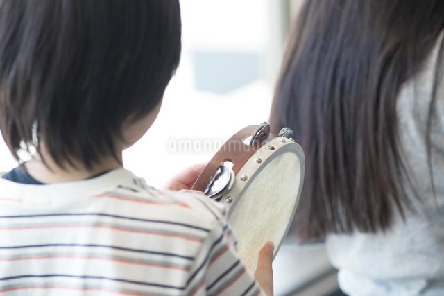 音楽の授業を受ける小学生の写真素材 [FYI04264189]