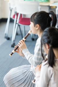 音楽の授業を受ける小学生の写真素材 [FYI04264190]