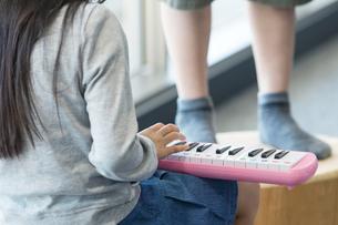 音楽の授業を受ける小学生の写真素材 [FYI04264191]