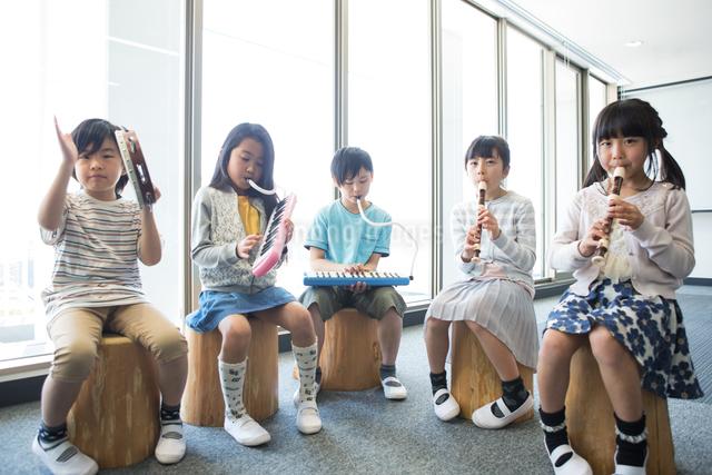 音楽の授業を受ける小学生の写真素材 [FYI04264192]