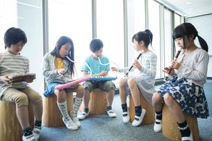 音楽の授業を受ける小学生の写真素材 [FYI04264193]