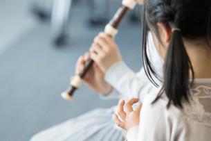 音楽の授業を受ける小学生の写真素材 [FYI04264194]