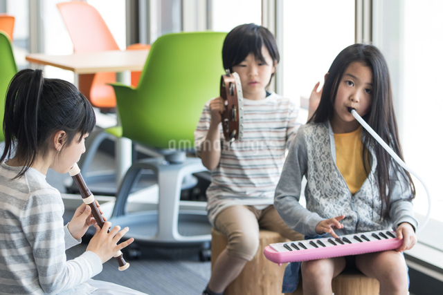 音楽の授業を受ける小学生の写真素材 [FYI04264195]