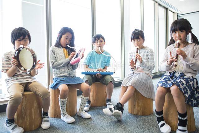 音楽の授業を受ける小学生の写真素材 [FYI04264196]