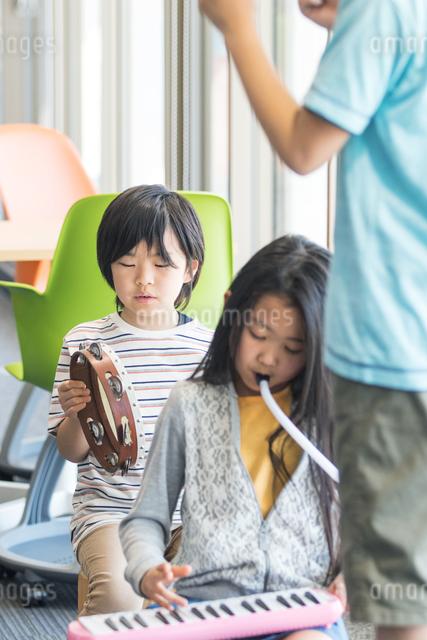 音楽の授業を受ける小学生の写真素材 [FYI04264197]