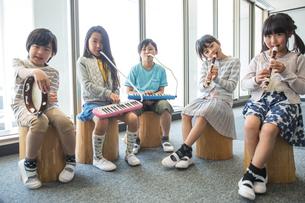 音楽の授業を受ける小学生の写真素材 [FYI04264198]
