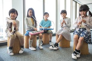 音楽の授業を受ける小学生の写真素材 [FYI04264200]