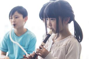 音楽の授業を受ける小学生の写真素材 [FYI04264203]