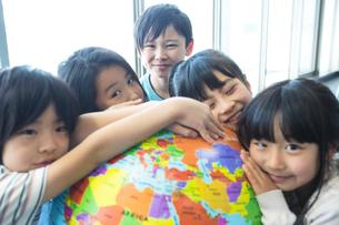 地球儀を持った小学生の写真素材 [FYI04264208]