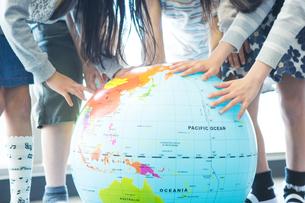 地球儀を持った小学生の写真素材 [FYI04264219]