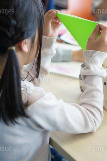 図画工作をする小学生の写真素材 [FYI04264239]