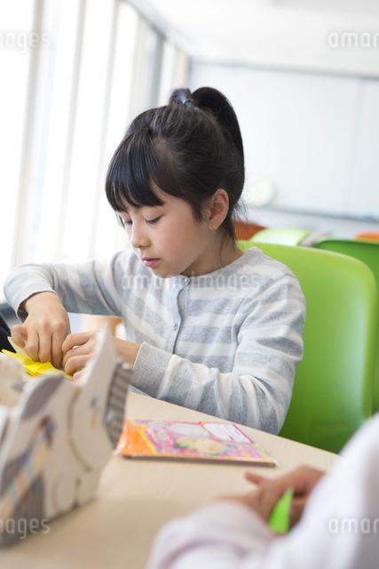 図画工作をする小学生の写真素材 [FYI04264247]