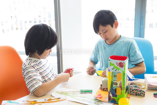 図画工作をする小学生の写真素材 [FYI04264287]