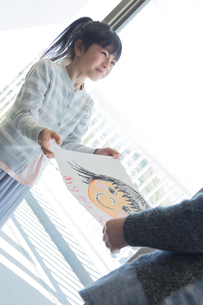 母の日の小学生の写真素材 [FYI04264311]