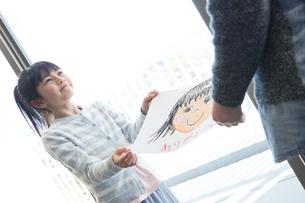 母の日の小学生の写真素材 [FYI04264314]