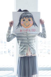 母の日の小学生の写真素材 [FYI04264317]