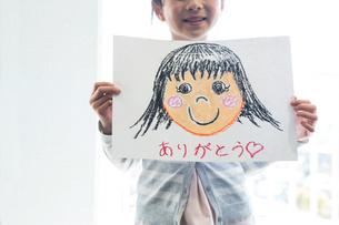 母の日の小学生の写真素材 [FYI04264320]